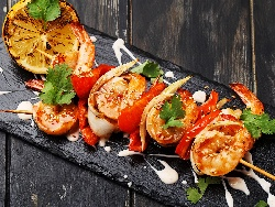 Шишчета от малки скариди, мариновани в текила, лимонов и портокалов сок печени на скара - снимка на рецептата